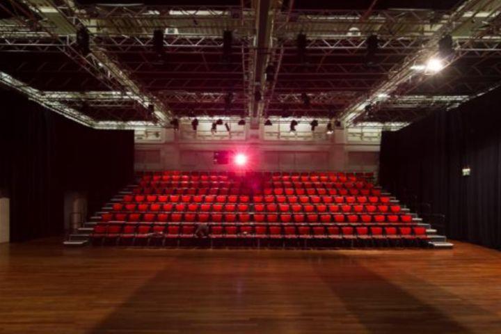Grote Zaal Brakke Grond Vlaams Cultuurhuis Abattoir Ferme LA Play